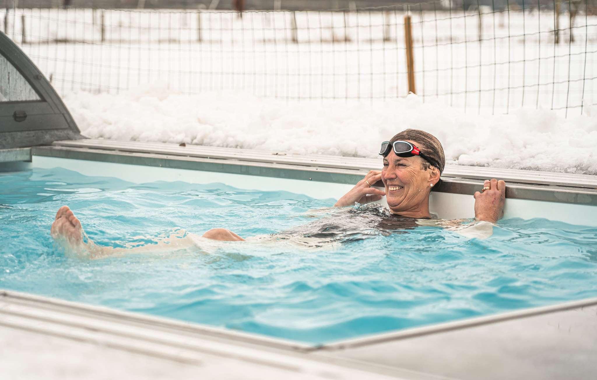 Vrouwzwemtindesneeuw